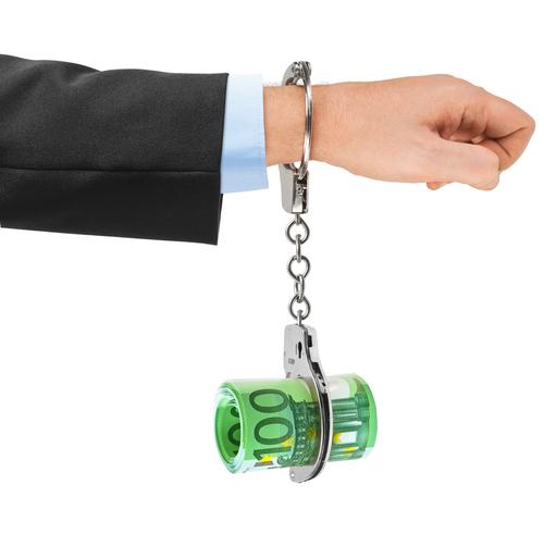 Στα βασικά αδικήματα του ν. 4557/2018 για το ξέπλυμα βρόμικου χρήματος περιλαμβάνονται όλα τα αδικήματα από τα οποία προκύπτει παράνομο περιουσιακό όφελος και τιμωρούνται τουλάχιστον με ποινή φυλάκισης