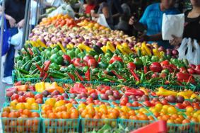 Τέλος επιτηδεύματος: Εξαιρούνται και οι αγρότες κανονικού καθεστώτος-παραγωγοί που διαθέτουν τα προϊόντα τους σε λαϊκές αγορές