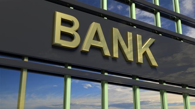 ΕΕΤ: Από τις χαμηλότερες, συγκριτικά με τις ευρωπαϊκές τράπεζες, οι χρεώσεις των τεσσάρων συστημικών τραπεζών