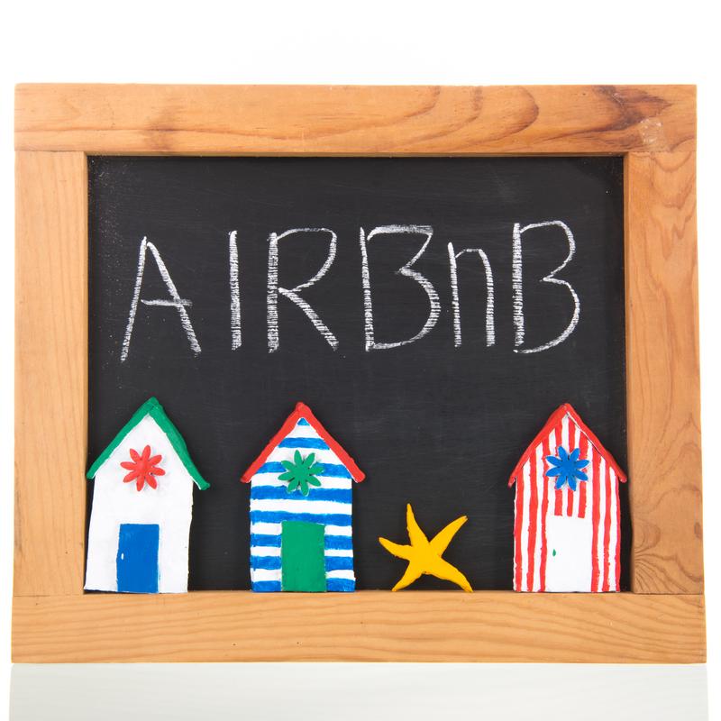Airbnb: Η πλατφόρμα συνεργάζεται με την ΕΕ και τις αρχές προστασίας των καταναλωτών, βελτιώνοντας τον τρόπο με τον οποίο παρουσιάζει τις προσφορές της