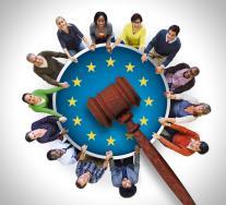 ΔΕΕ - Κράτος μέλος μπορεί να υποχρεώνει τους υπηκόους του, επ' απειλή κυρώσεων, να φέρουν ισχύον δελτίο ταυτότητας ή διαβατήριο όταν ταξιδεύουν προς άλλο κράτος μέλος, ανεξάρτητα από το χρησιμοποιούμενο μεταφορικό μέσο και τη διαδρομή