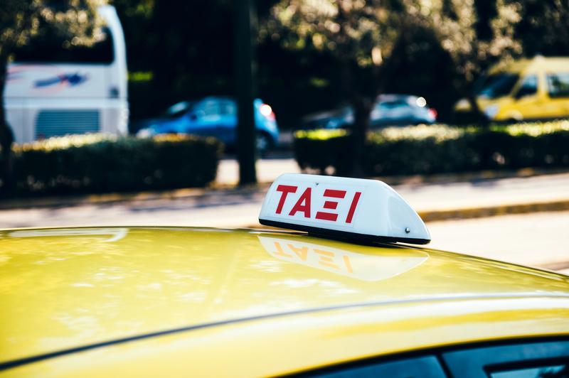 Υπ. Οικ.: Η μείωση του ΦΠΑ από 24% σε 13% στις μεταφορές συμπεριλαμβάνει και τα ταξί